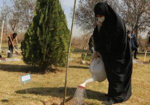 کاشت۱۰۰ نهال به نام ۱۰۰ زن نامدار قرن در تهران